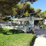 Loungebereich mit Blick zum Pool und zum Strand mit Barbereich