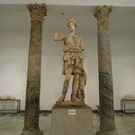 Escultura y columna romana.