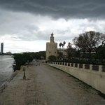 Torre desde el paseo costero.