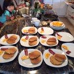 房东太太亲自下厨做早餐给我们吃!
