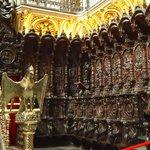 Zona del coro en madera tallada.