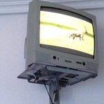 Televisión colocada muy alta y desfasada.