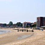 Strand mit dem Hotel in der ersten Reihe