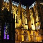 les vitraux de Villon la nuit depuis la pl. d'Armes