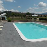 piscina con sfondo Spello