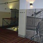 Интерьер отеля хранит тюремные воспоминания