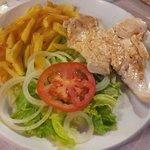 Plato combinado n° 7: pechuga de pollo a la plancha, patatas y ensalada