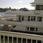 Un barco amarrado al lado del hotel tapaba la vista al agua de la habitación. Cuidado!
