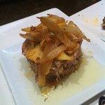 Timbal de lechazo con patatas y cebolla.Punto perfecto de la carne.Una tapa mayúscula y contunde