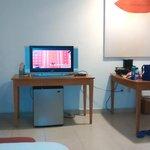 Tele y escritorio con cafetera