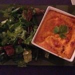 Souffle de zanahoria y queso con ensalada de hojas verdes
