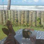 Vista da praia de dentro do restaurante...