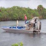 le captain Mark range son bateau au debut de l'orage