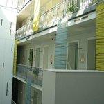 Couloir d'accès aux chambres dans le patio