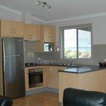 Executive cabin 17 kitchen, fridge,cooktop/oven, dishwasher, micro wave