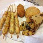gli arrosticini di calamari, cartoccio di verdure, frittatina napoli