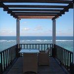 游泳池旁的海景用餐區