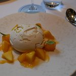 "Dessert du menu ""Baked Meringue Peach, Citrus and Vanilla"""