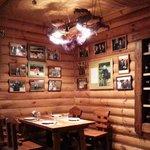 Гланый зал Ресторана, простой, но в то же время достаточно уютный