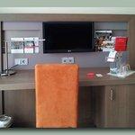 Schreibtisch, Steckdosen als Dauerstromgeber beschriftet, wichtig zum Aufladen.