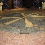 """Het oude """"Christus"""" teken verwerkt in de vloer van het museum"""