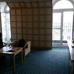 Untere Ebene Junior-Suite mit Balkonen und Aufgang links zur Galerie