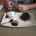 Delicioso volcán de chocolate con helado