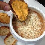 saucer la soupe de poisson avec rouille gruyère et crouton... hummm! (une des entrées du menu à