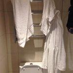 Quattro asciugamani e due accappatoi e quello è l'unico posto dove metterli