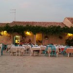 Gli splendidi tavolini nella piazza di Marzamemi