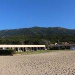 une partie de l'hôtel vu de la plage