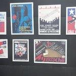 Mural de una exposición de afiches contra la dictadura en el Mundo