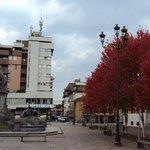 L'hotel è la costruzione grigio chiaro, vista da un lato della piazza.