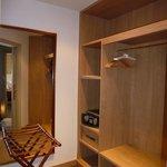 独立した小部屋にはクローゼット。着替えができるほどの広さがあります。