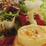 Salade de petits crottins de chèvre chauds, pignons et miel / Warm goat cheese salad with pine s