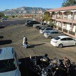 Une aile du motel et le parking