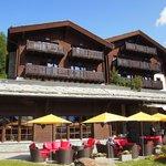ホテルの外観は自然と調和した山荘風。