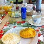 Desayuno: casabe y arepa de huevo
