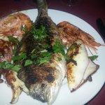 Grigliata di pranzo orata calamaro gamberi e polipo