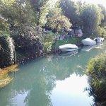 il fiume che segna il confine tra l'hotel e il lido saabanek