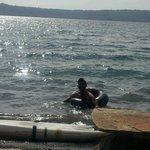 en las orillas de Apoyo mi amigo Oscar nadando en un neumatico