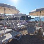 Lits de bains situés derrière la partie publique de la plage