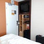 Habitación muy justa armario reducido junto a la puerta