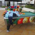 eingesammelte Handtücher am Pool