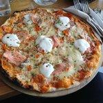 pizza con salmone e formaggio