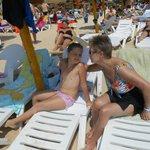 meine Frau mit Enkelin am Strand