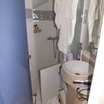 salle de bain exigue en bas manque de place pour sècher les serviettes