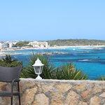 La spiaggia di Es Pujols vista dalla terrazza del bar