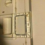 Intérieur du lave-vaisselle : plein de moisissures et crasse.