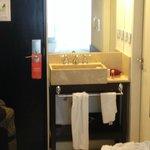 habitacion con lavatorio,que esta fuera del baño